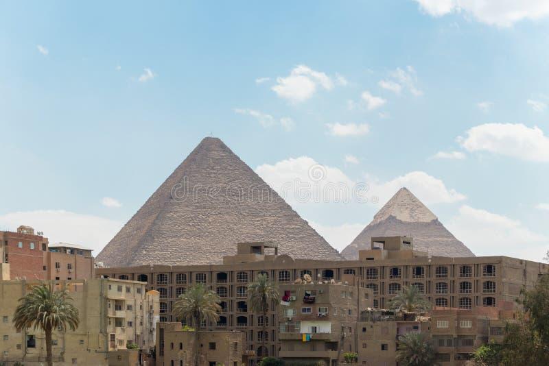 Ciudad de El Cairo y las pirámides de Egipto imagen de archivo