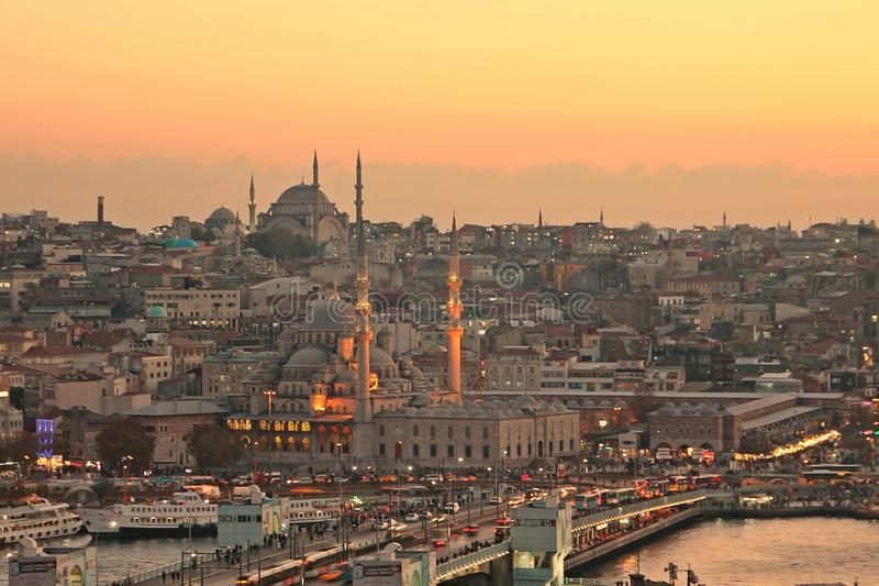 Ciudad de Estambul y puente viejos del galata imagen de archivo libre de regalías