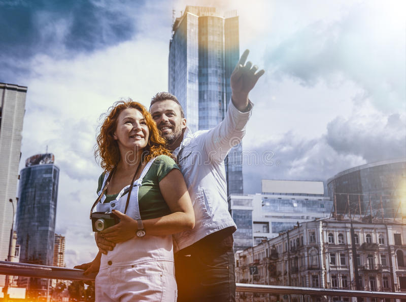 Ciudad de exploración casada de la pareja con la cámara retra Día, al aire libre fotos de archivo