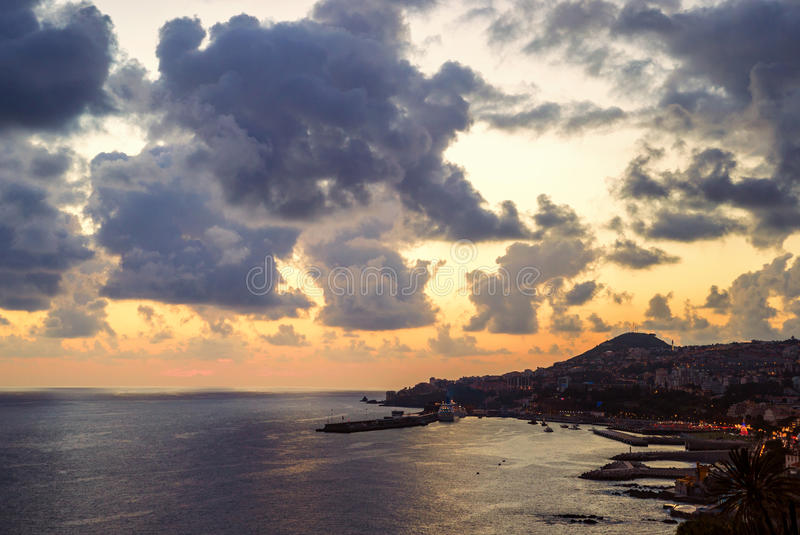 Ciudad de Funchal, visión aérea durante la puesta del sol, isla de Madeira imágenes de archivo libres de regalías