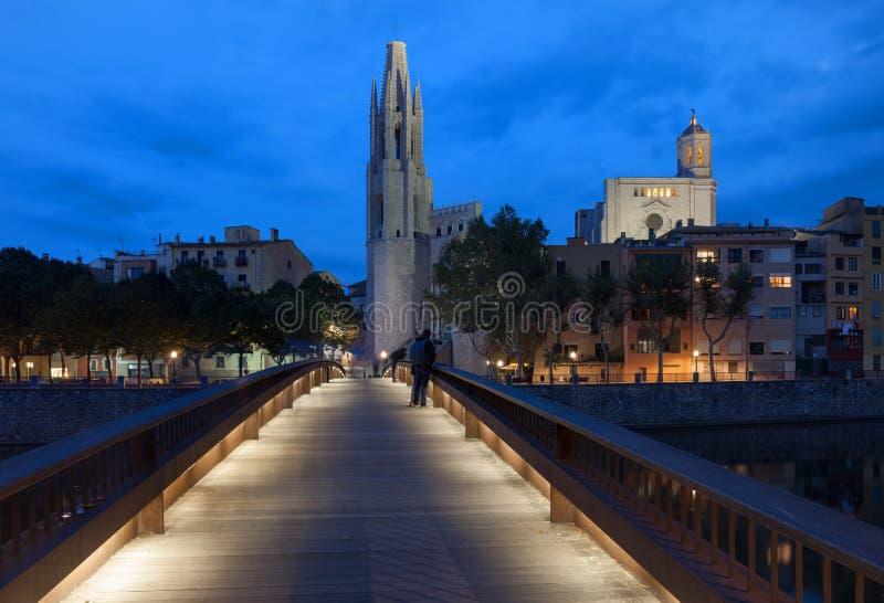 Ciudad de Girona por noche en España imagen de archivo libre de regalías