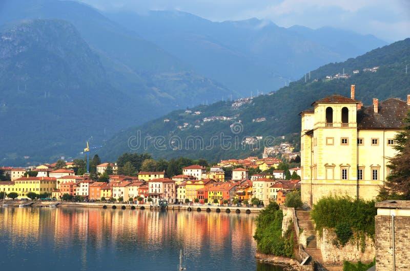 Ciudad de Gravedona en el lago italiano Como fotos de archivo libres de regalías