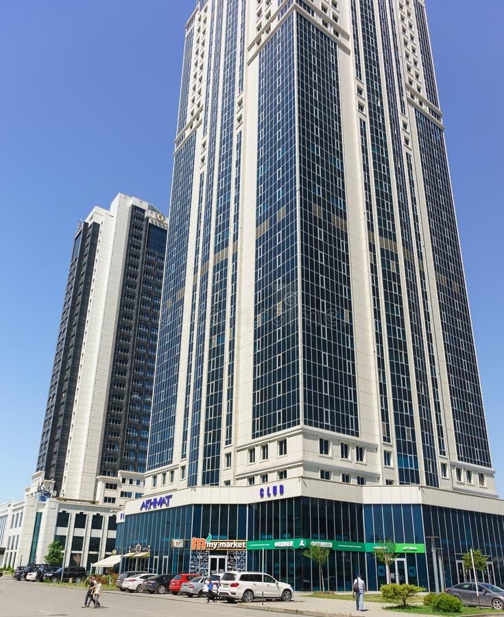Ciudad de Grozny — un complejo de edificios altos en el centro del capital de la república meridional, en la avenida nombrada des imagen de archivo