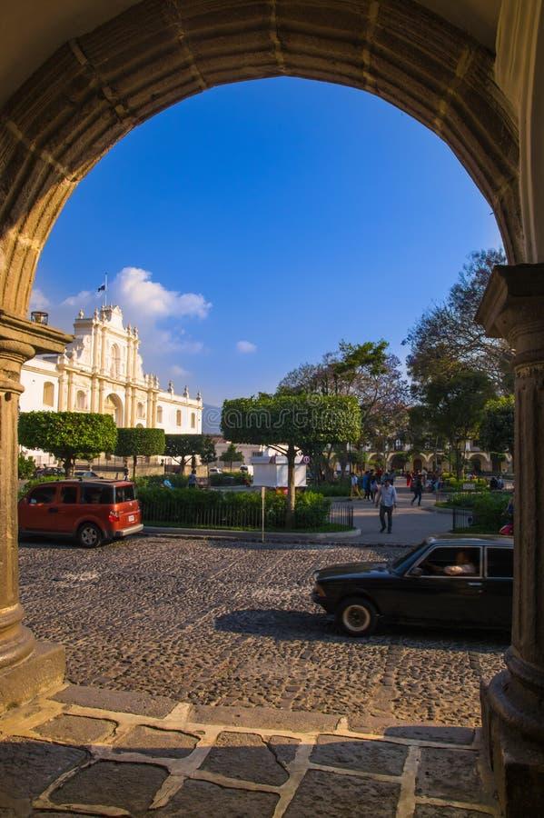 Ciudad de Guatemala, Guatemala, abril, 25, 2018: Saint James Cathedral quadro em um arco no quadrado central em Antígua imagem de stock