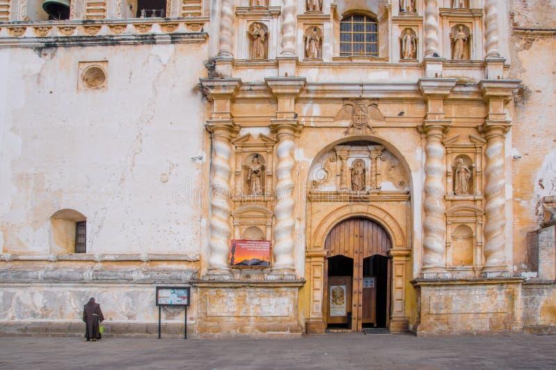 Ciudad de Guatemala, Guatemala, abril, 25, 2018: Vista exterior da construção velha de San Francisco Church, situada no foto de stock royalty free