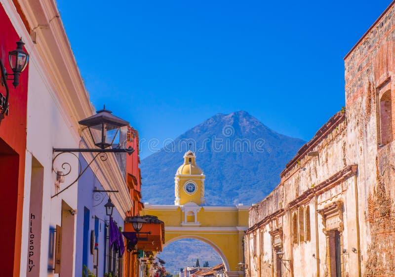 Ciudad de Guatemala, Guatemala, abril, 25, 2018: Vista exterior da rua velha com construções clasical na cidade de imagem de stock