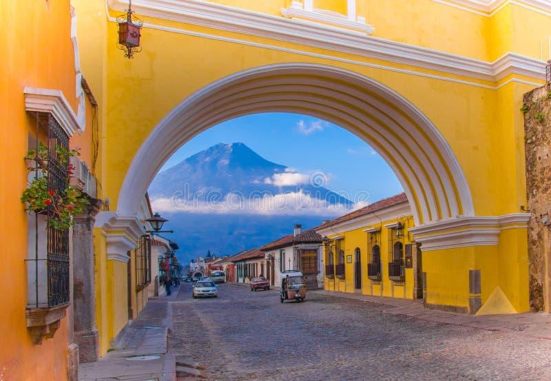 Ciudad DE Guatemala, Guatemala, 25 April, 2018: Mening van de actieve Agua-vulkaan op de achtergrond door kleurrijk stock afbeelding