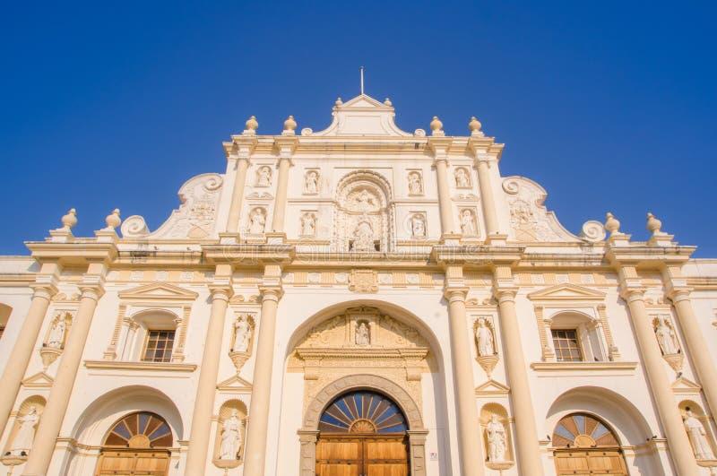Ciudad de Guatemala, Guatemala, April, 25, 2018: Nedanför sikt av byggnad efter elva år av konstruktion detta arkivfoto