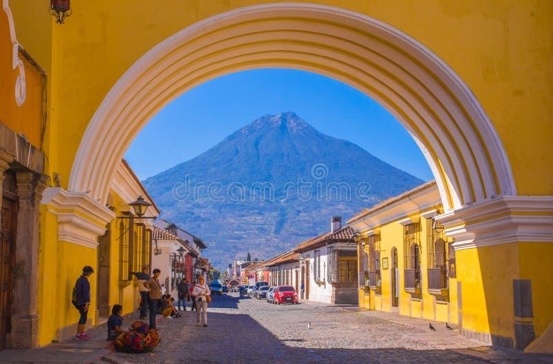 Ciudad De Guatemala, Guatemala, April, 25, 2018: Nicht identifizierte Leute, die in die Straßen von Antigua-Stadt und in Ansicht  stockbilder