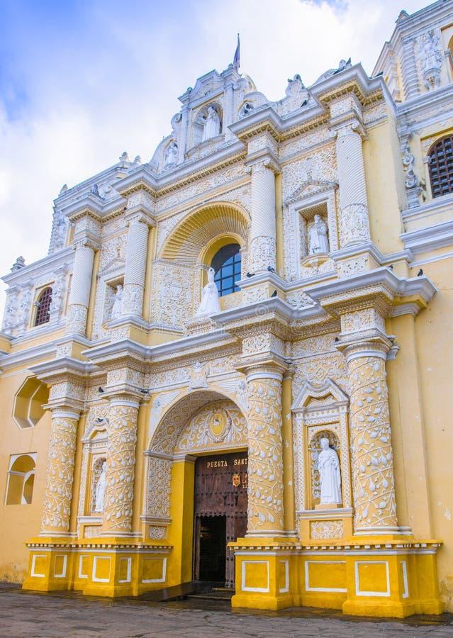 Ciudad de Guatemala, Guatemala, April, 25, 2018: Sikt av byggnad, efter elva år av konstruktion, denna byggnad royaltyfri bild