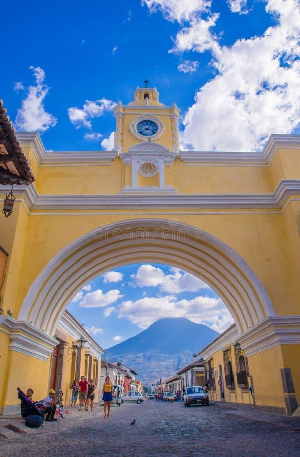 Ciudad De Guatemala, Guatemala, avril, 25, 2018 : La voûte célèbre du centre de la ville de l'Antigua ainsi que l'agua photo libre de droits