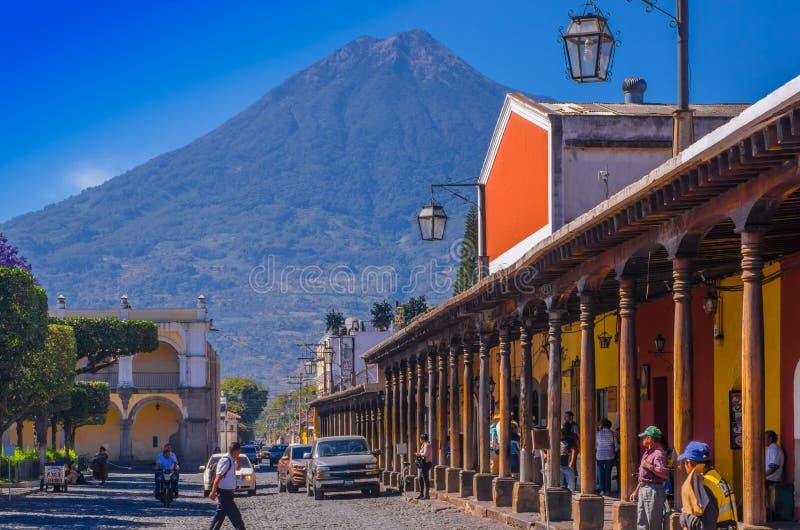 Ciudad De Guatemala, Guatemala, avril, 25, 2018 : Rue lapidée et personnes d'apvement marchant et appréciant le magnifique photo stock
