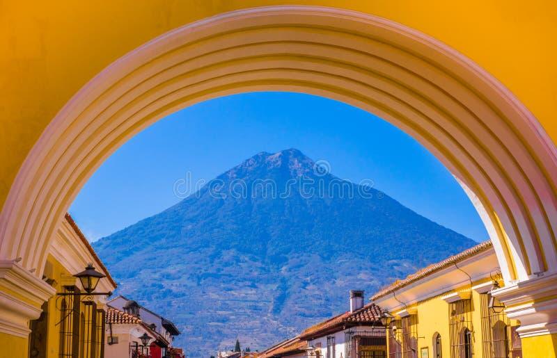 Ciudad De Guatemala, Guatemala, avril, 25, 2018 : Vue du volcan actif d'Agua à l'arrière-plan par un coloré image stock