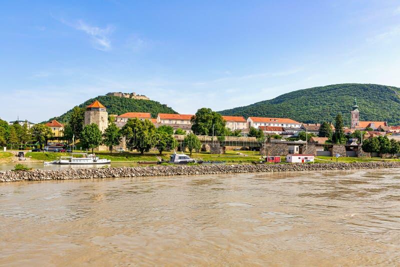 Ciudad de Hainburg, Austria a lo largo de los bancos del río Danubio imagen de archivo libre de regalías