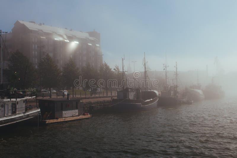 Ciudad de Helsinki en niebla fotografía de archivo libre de regalías