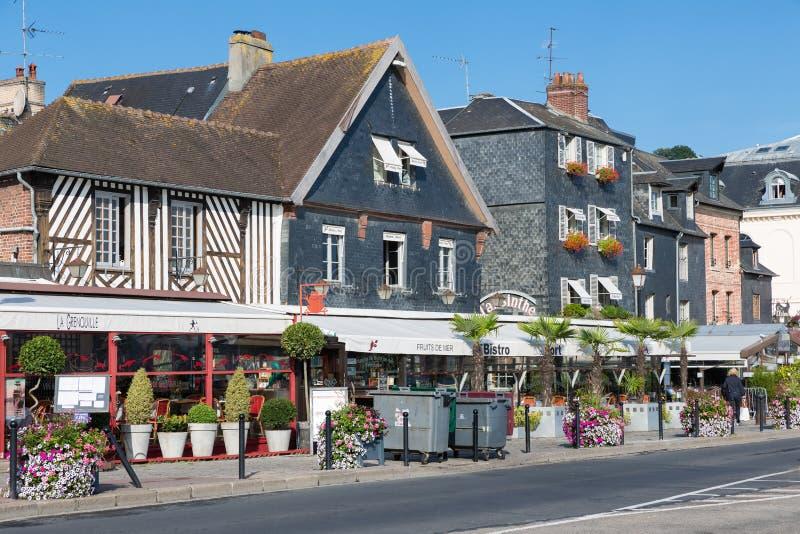 Ciudad de Honfleur con los edificios históricos y los restaurantes en Francia imagen de archivo