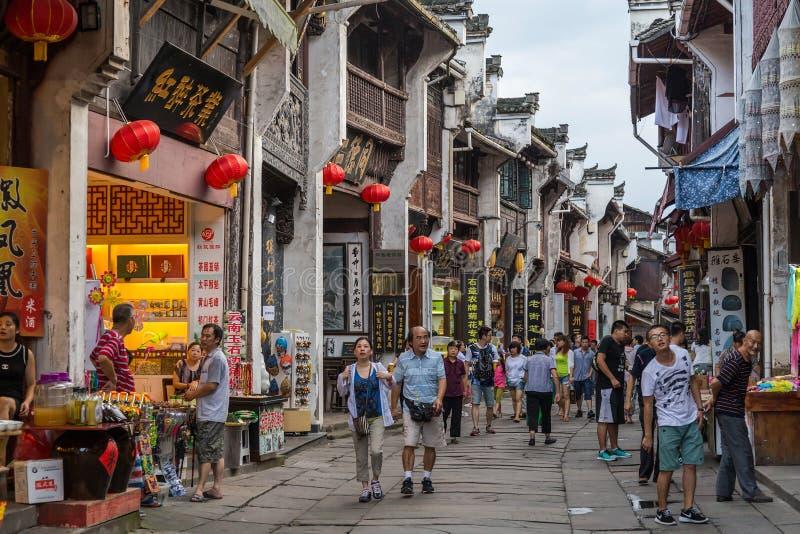 Ciudad de Huangshan Tunxi, China - circa septiembre de 2015: Calles de la ciudad de la ciudad vieja Huangshan en China con arquit fotos de archivo libres de regalías