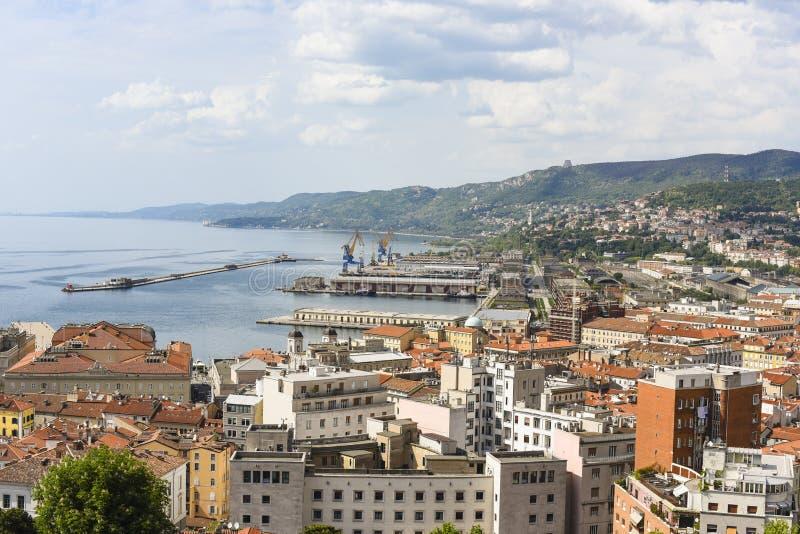 Ciudad de Italia, Trieste por el mar imagen de archivo