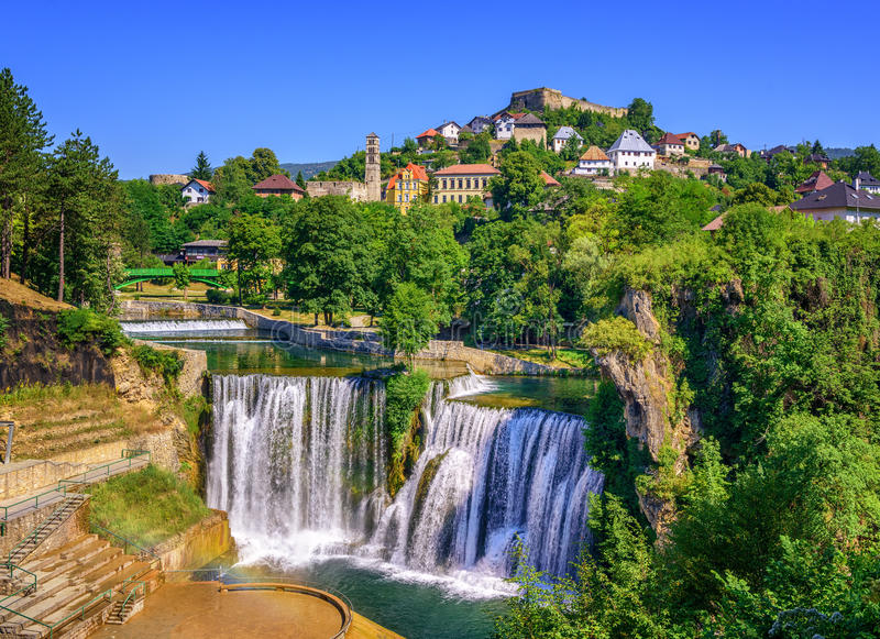 Ciudad de Jajce y cascada de Pliva, Bosnia y Herzegovina imagen de archivo libre de regalías