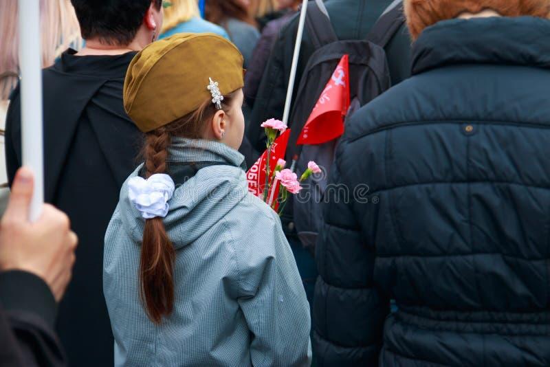 Ciudad de Kaluga, Rusia - mayo de 2019: la gente pone las flores a la victoria dedicada del fuego eterno en la gran guerra patri? fotografía de archivo libre de regalías