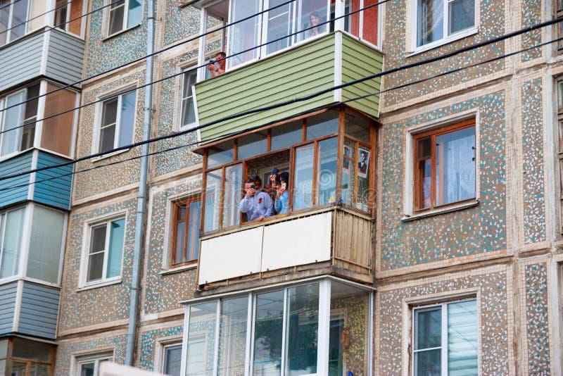 Ciudad de Kaluga, Rusia - mayo de 2019: la gente toma las fotos vía sus smartphones del balcón de participantes en desfile conmem fotografía de archivo