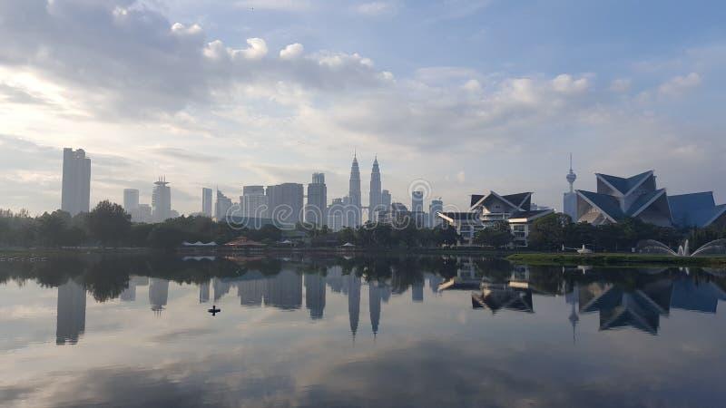 Ciudad de Kuala Lumpur por el lago scenary fotografía de archivo libre de regalías