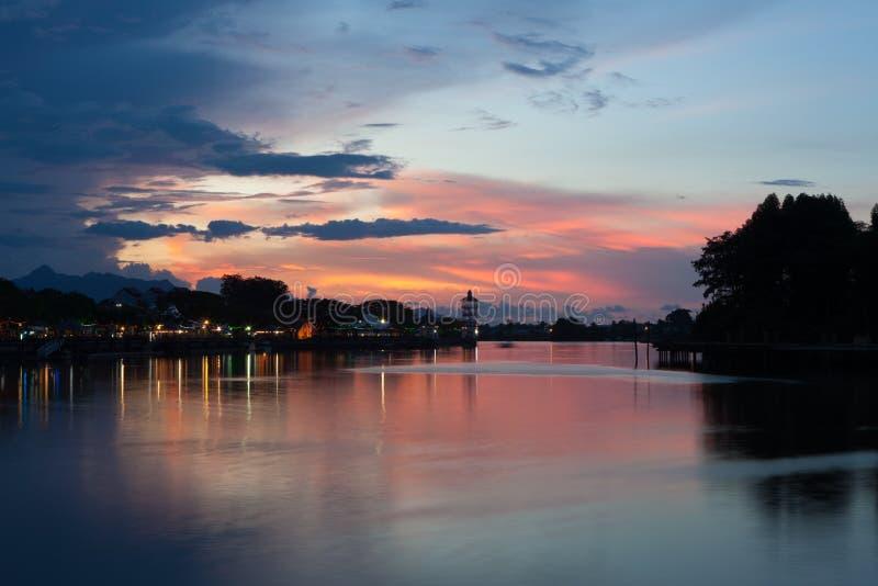 Ciudad de Kuching en la puesta del sol imagenes de archivo