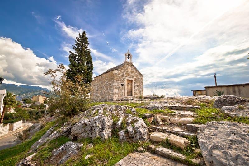 Ciudad de la capilla de Solin en la roca foto de archivo
