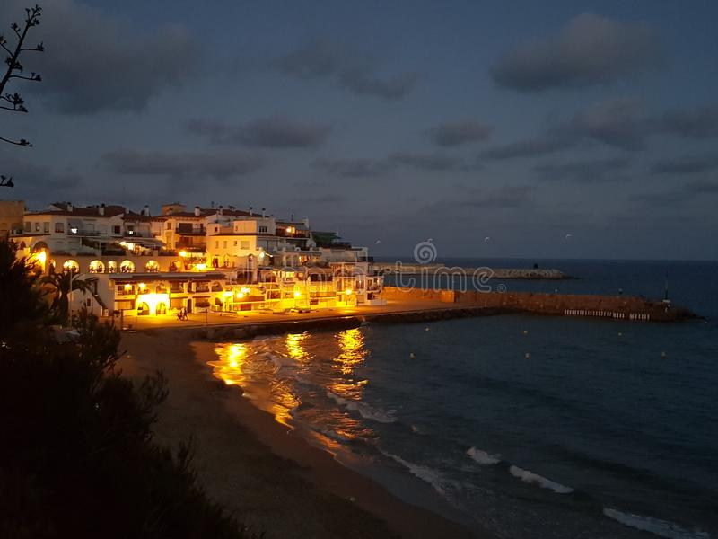 Ciudad de la costa durante puesta del sol imagen de archivo