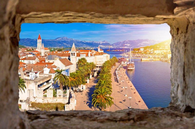 Ciudad de la costa de Trogir y del panoram de las señales fotos de archivo libres de regalías