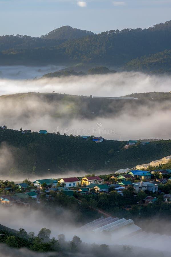 Ciudad de la cubierta de la niebla en el amanecer foto de archivo libre de regalías