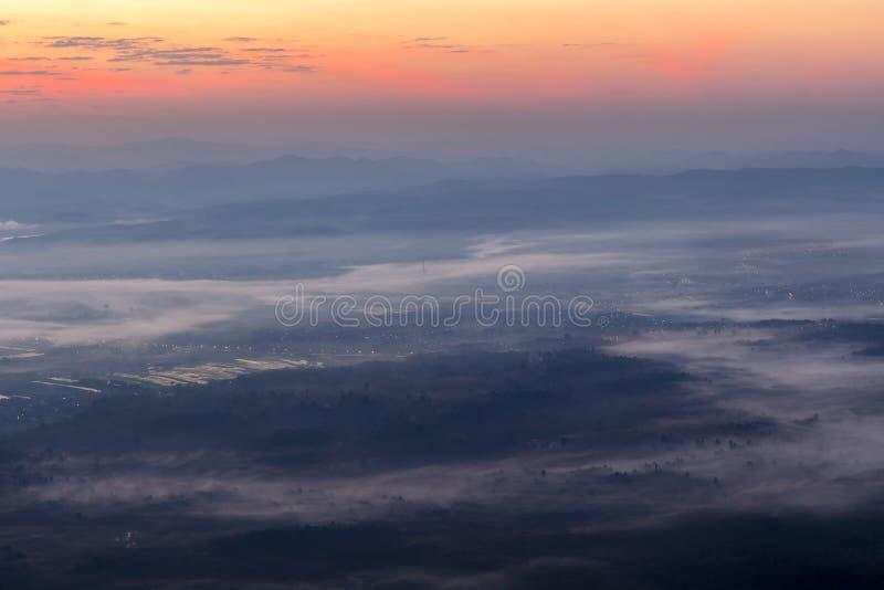 Ciudad de la cubierta de la niebla y de la niebla fotografía de archivo