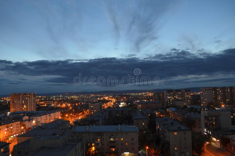 Ciudad de la noche, cielo nublado, igualando luces de la ciudad fotos de archivo