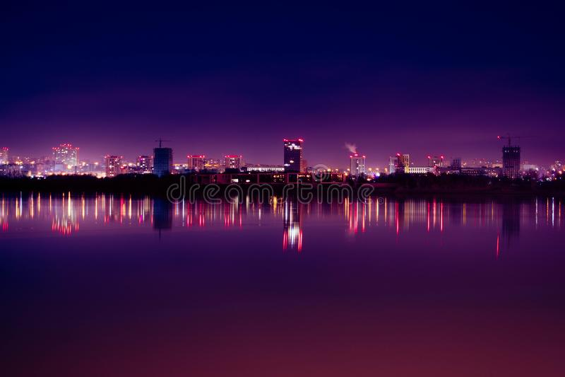 Ciudad de la noche con la reflexión en el río imágenes de archivo libres de regalías