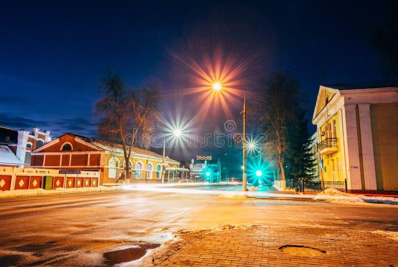 Ciudad de la noche del invierno de Dobrush que pasa por alto el molino de papel belarus foto de archivo
