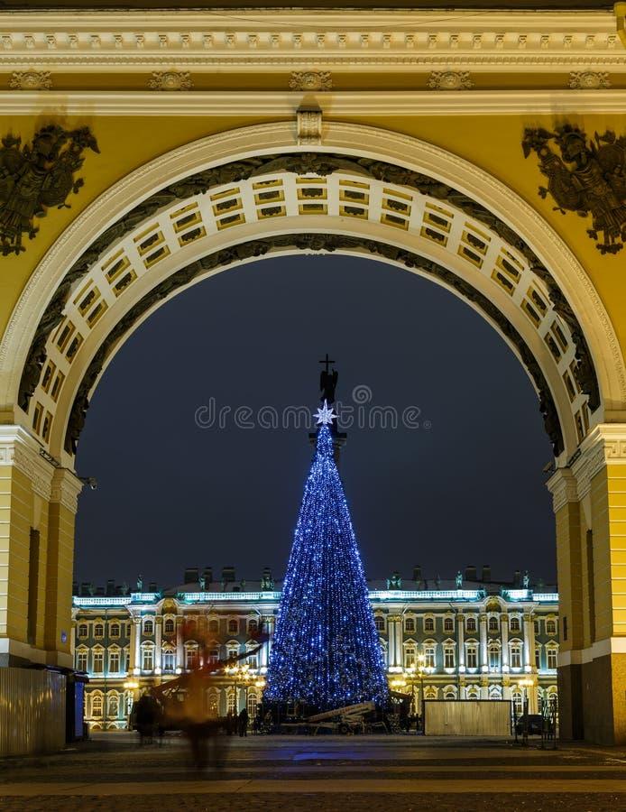 Ciudad de la noche a la luz de luces El arco de las jefaturas principales del cuadrado del palacio y de la picea luminosa de la N foto de archivo