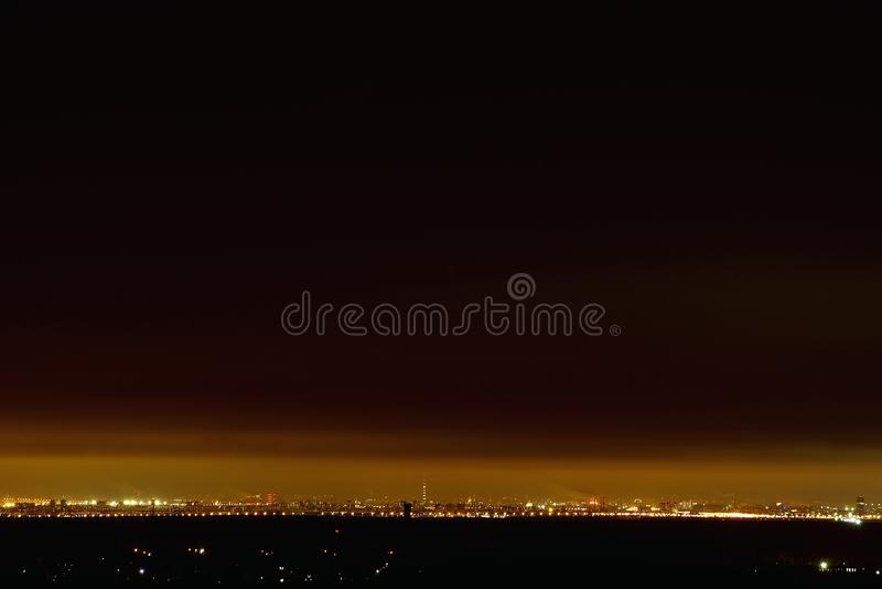 Ciudad de la noche de una altura en el horizonte, el cielo nocturno - el color del café del cielo y las luces fotos de archivo libres de regalías