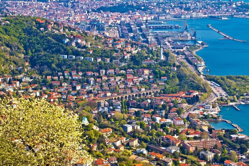 Ciudad de la opinión aérea panorámica de Trieste imagen de archivo