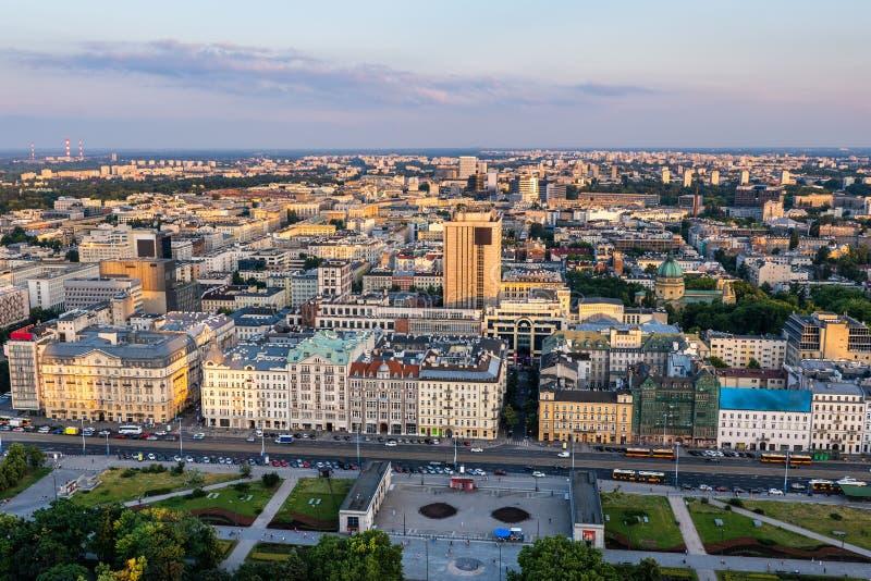Ciudad de la opinión aérea de Varsovia en la puesta del sol imagen de archivo libre de regalías