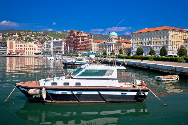 Ciudad de la opinión de la costa y del puerto de Trieste fotos de archivo