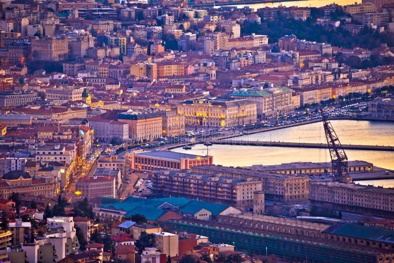 Ciudad de la opinión de la tarde de la costa de Trieste fotos de archivo