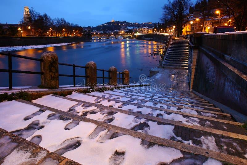 Ciudad de la opinión de Verona debajo de la nieve imagenes de archivo
