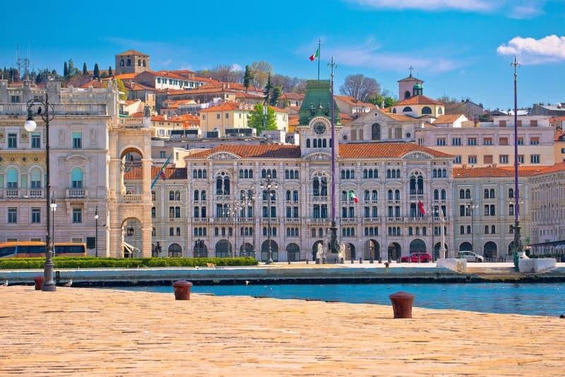 Ciudad de la opini?n de la costa de Trieste imagenes de archivo