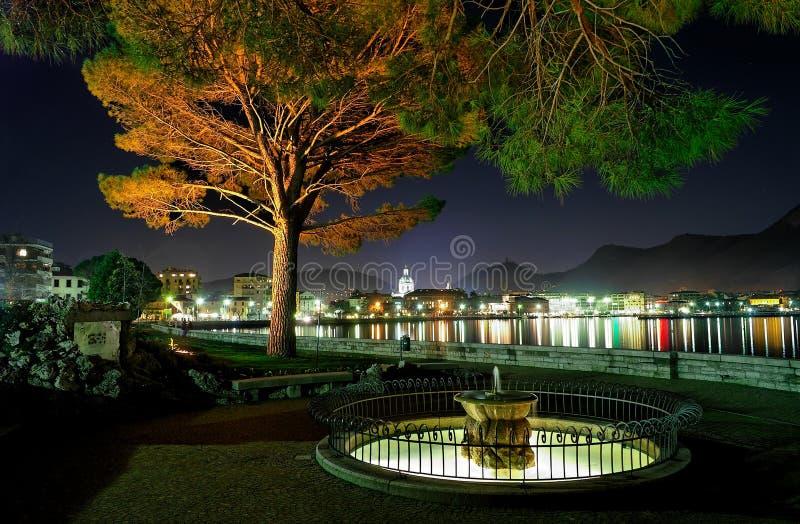 Ciudad de la orilla del lago en cerca fotografía de archivo