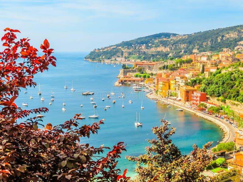 Ciudad de la playa en la riviera francesa Paisaje del Cote d'Azur, Villefranche-sur-Mer, Francia imágenes de archivo libres de regalías