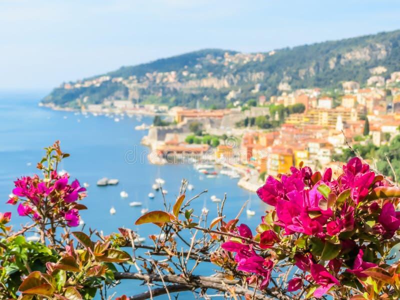 Ciudad de la playa en la riviera francesa Paisaje del Cote d'Azur, Villefranche-sur-Mer, Francia imagenes de archivo