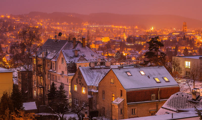 Ciudad de la República Checa en la noche imagenes de archivo