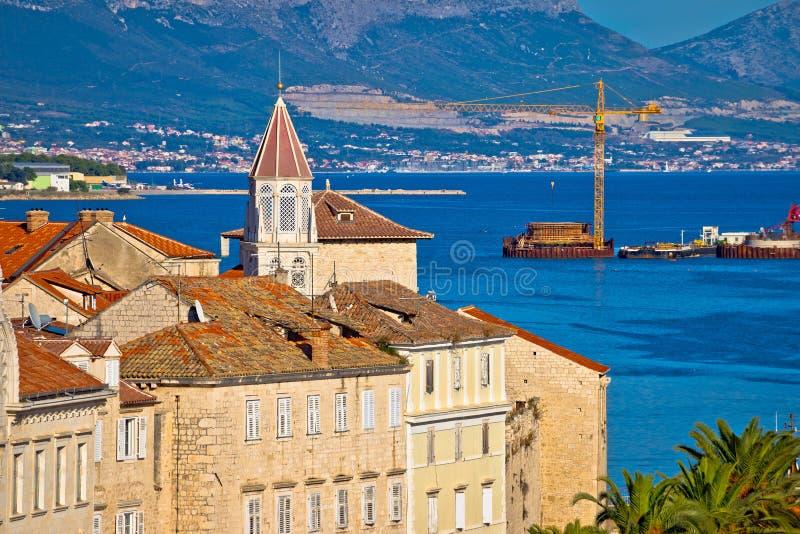 Ciudad de la UNESCO de la costa de Trogir y de la opinión de la arquitectura imagen de archivo