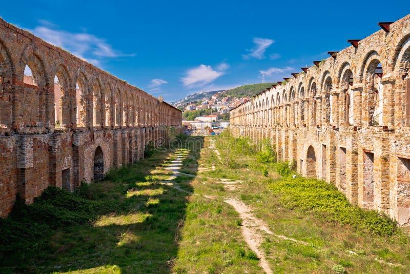 Ciudad de la vieja opinión de las ruinas de Trieste imagen de archivo libre de regalías