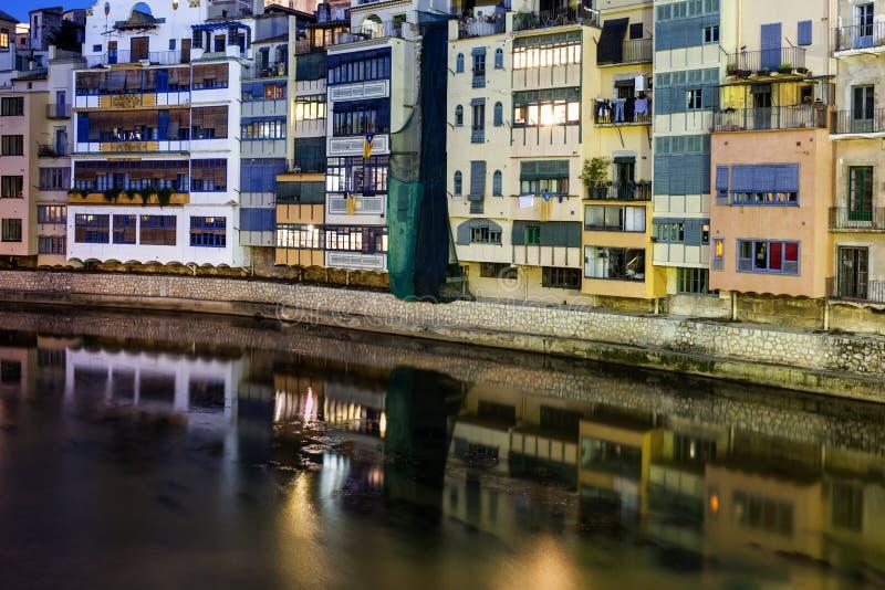 Ciudad de las casas de ciudad viejas de Girona en el río de Onyar imagenes de archivo